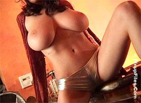 Jana posing her xlarge titties